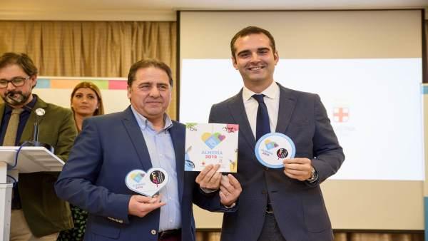 El alcalde de Almería entrega las acreditaciones de 'Almería 2019' a empresas