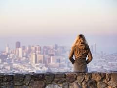 Fotografía de una mujer en el mirador de una ciudad.