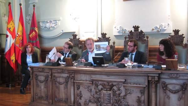 El concejal Manuel Saravia muestra una imagen en el Pleno. 15-1-2019