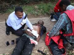 Miembros de la cruz roja atienden a un herido en el ataque en Nairobi (Kenia)
