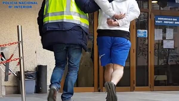 Imagen de la detención de un joven por robos a taxistas