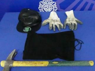 Material incautado tras el intento de robo en el bar de la calle Wences Moreno.