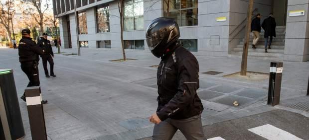 El juez del caso Villarejo prohíbe salir de España al chófer de Bárcenas y al policía asesor ...