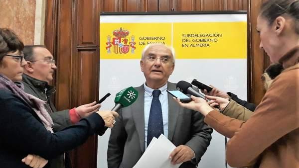 El subdelegado de Gobierno de Almería, Manuel de la Fuente, atiende a los medios