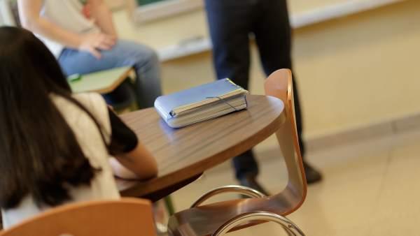 Una alumna en clase