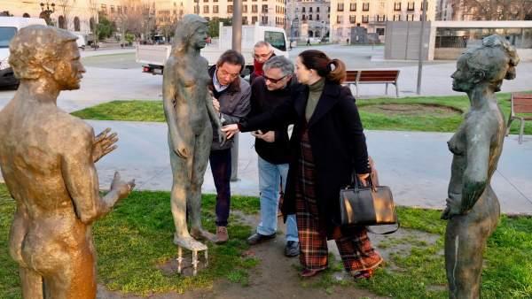 Recolocación de la escultura femenina del Monumento al Incendio