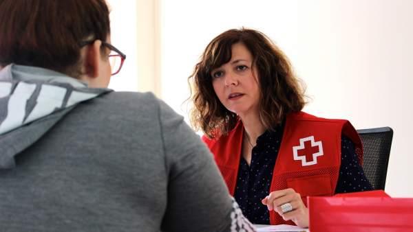 Miembro de Cruz Roja durante una atención