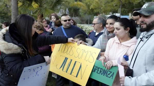 Concentración de vecinos de Totalán en apoyo a la familia de Julen