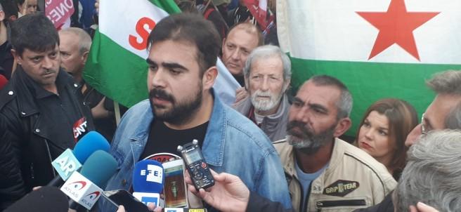 Óscar Reina, el portavoz del SAT antes de la concentración rodeando el parlamento andaluz