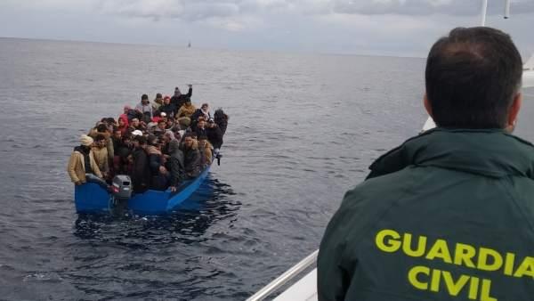 Imagen de los inmigrantes rescatados en aguas del Estrecho de Gibraltar.