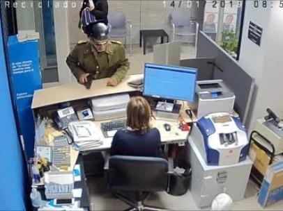Hombre atraca con arma de fuego un banco de Badajoz vestido de Guardia Civil.