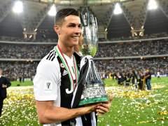 Cristiano Ronaldo posa con la Supercopa de Italia.
