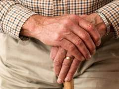 Fotografía de las manos de un pensionista.