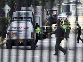 Imagen de un operativo de la Policía en la explosión de un coche bomba en Bogotá.