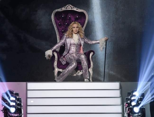 La reina del pop sentada en su trono durante los premios 'Billboard'.