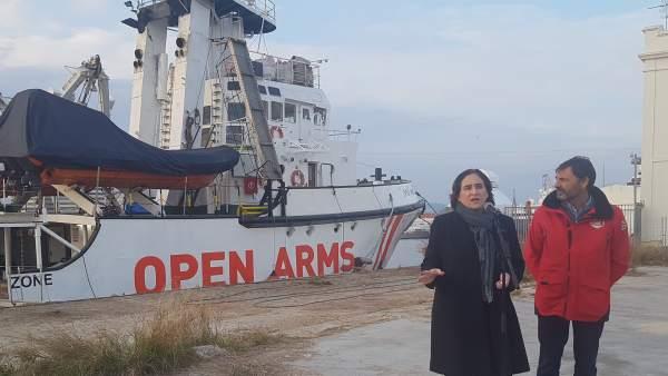 Ada Colau y Òscar Camps ante el barco Open Arms