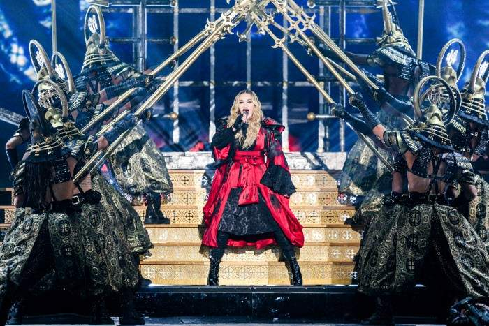 Madonna rodeada por sus bailarines tras salir de una jaula durante el 'Rebel Heart Tour'.