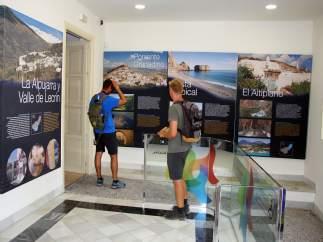 Turistas en una oficina del Patronato Provincial de Turismo de Granada