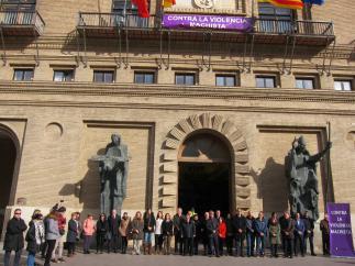 Concentración contra la violencia machista en el Ayuntamiento de Zaragoza