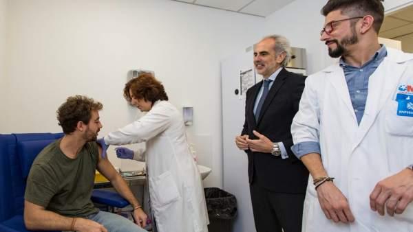 El consejero de Sanidad de la Comunidad de Madrid, Enrique Ruiz Escudero (d).