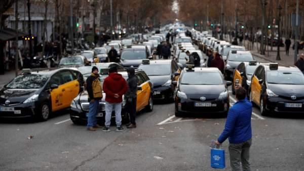 """Los taxistas de Barcelona piden acabar """"de una vez"""" el conflicto de los VTC con el nuevo reglamento del AMB"""