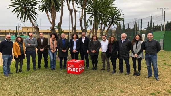 Catalina Cladera, precandidata socialista al Consell, con alcaldes del PSIB