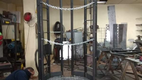 Un herrero ultima los detalles del ascensor creado para sacar a Julen del pozo