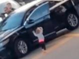 Bebé sale con las manos en alto y se 'entrega' a la policía