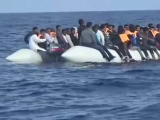 Un centenar de inmigrantes siguen a la deriva en el Mediterráneo