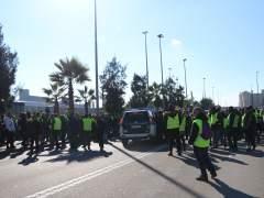 Taxistas bloquean los accesos al Puerto de Barcelona.