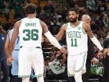 Marcus Smart, base de los Boston Celtics, con su compañero de equipo Kyrie Irving