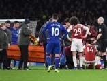 Héctor Bellerín es atendido durante el Arsenal - Chelsea.