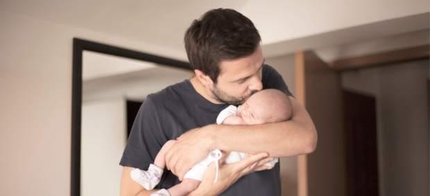 La ampliación del permiso de paternidad debe regularse para la plena igualdad.