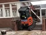 Excavadora en un hotel