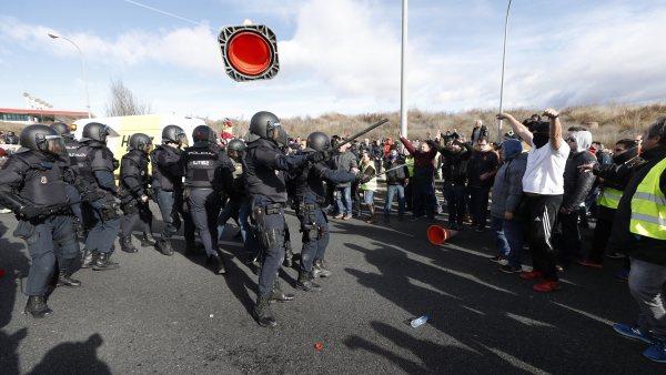 La Policía carga contra los taxistas en la M-40