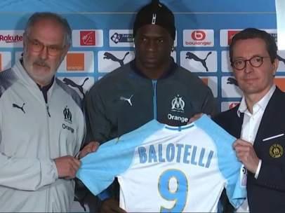 Mario Balotelli es presentado por el Olympique de Marsella.