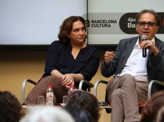 La alcaldesa de Barcelona, Ada Colau, junto al comisionado de Cultura en el ayuntamiento, Joan Subirats, que será el número dos en la lista de BComú en las elecciones municipales de mayo.