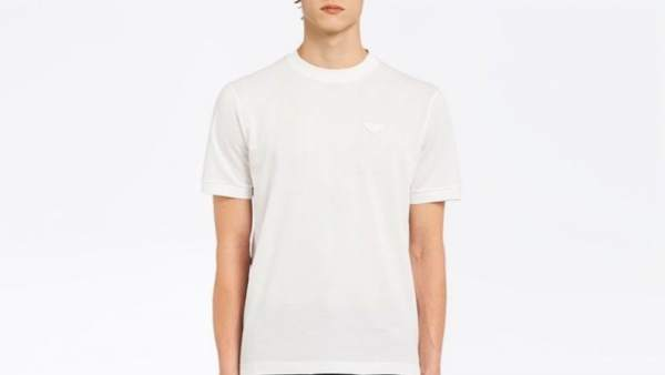 dbce665d1a99c Críticas a Prada por vender una camiseta básica blanca por más de 300 euros