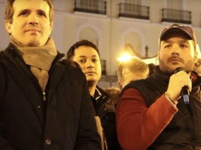 El expreso político venezolano Sergio Contreras, dando un discurso este miércoles en la Puerta del Sol de Madrid con el líder del PP, Pablo Casado