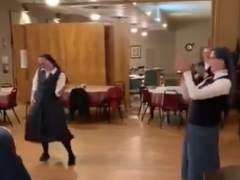 Unas monjas cantan y bailan al ritmo de Queen