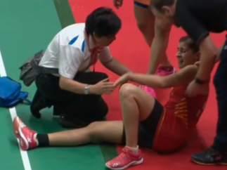 Carolina Marín, asistida durante la final del Másters de Indonesia
