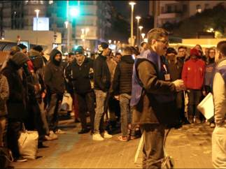 Cola de usuarios de las cenas solidarias en la Estació del Nord de Barcelona.