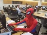 Un trabajador de Brasil, vestido de Spiderman