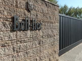 Puerta de la escuela Bell-lloc del Pla de Girona.