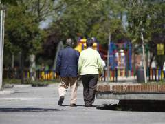 Dops pensionistas paseando