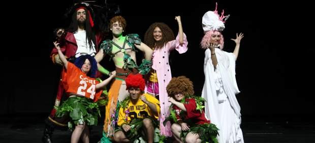 El elenco del musical de Peter Pan sobre el escenario del Teatro Nuevo Apolo.