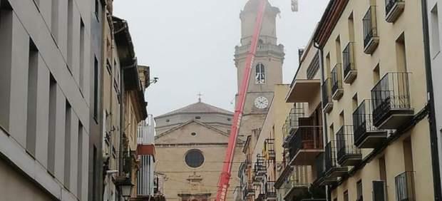 Retirada de un nido de cigüeñas de la iglesia de Les Borges Blanques (Lleida)