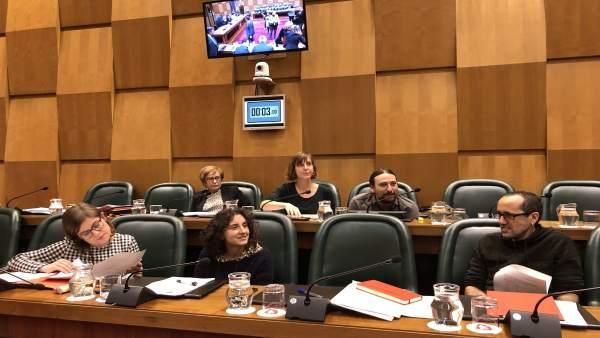 Al fondo a la izquierda, la concejal Lola Campos, con ediles de ZEC y PSOE