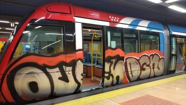 Tren de Metro pintado por grafiteros en la estación de Las Tablas