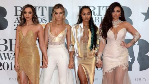 Little Mix posando en la alfombra de los 'Brit Awards'